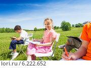 Купить «Группа детей рисует на природе», фото № 6222652, снято 8 июня 2014 г. (c) Сергей Новиков / Фотобанк Лори