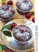 Шоколадные кексы с ягодами вишни. Стоковое фото, фотограф Елена Медведева / Фотобанк Лори