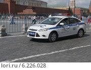 Купить «Машина ГИБДД на спецтрассе стоит возле Красной площади в Москве», фото № 6226028, снято 26 июля 2014 г. (c) Алексей Голованов / Фотобанк Лори