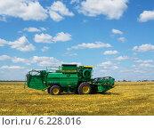 """Купить «Зерноуборочный комбайн """"Дон"""" работает на пшеничном поле», эксклюзивное фото № 6228016, снято 27 июля 2014 г. (c) Александр Мишков / Фотобанк Лори"""