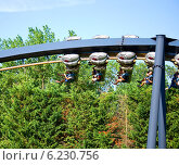 """Люди катаются на аттракционе """"Катун"""" в парке """"Мирабиландия"""" (2014 год). Редакционное фото, фотограф Инна Грязнова / Фотобанк Лори"""