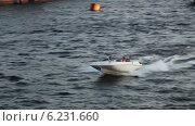 Купить «Маленькая моторная лодка несется по волнам реки Нева под мост, Санкт-Петербург», видеоролик № 6231660, снято 4 августа 2014 г. (c) Кекяляйнен Андрей / Фотобанк Лори