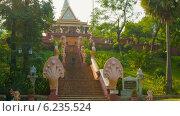 Купить «Парадная лестница храма Ват Пном, Камбоджа», видеоролик № 6235524, снято 15 февраля 2014 г. (c) pzAxe / Фотобанк Лори