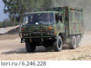 Купить «Китайский армейский грузовик Dong Feng с техническим персоналом», эксклюзивное фото № 6246228, снято 6 августа 2014 г. (c) Алексей Гусев / Фотобанк Лори