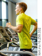 Купить «smiling man exercising on treadmill in gym», фото № 6250332, снято 29 июня 2014 г. (c) Syda Productions / Фотобанк Лори