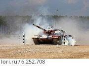 Купить «Танк Т-72Б преодолевает дымовое препятствие. Алабино, Чемпионат мира по танковому биатлону», эксклюзивное фото № 6252708, снято 6 августа 2014 г. (c) Алексей Гусев / Фотобанк Лори