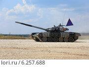 Купить «Танк Т-72Б с белорусским экипажем мчится к финишу. Алабино, Чемпионат мира по танковому биатлону», эксклюзивное фото № 6257688, снято 6 августа 2014 г. (c) Алексей Гусев / Фотобанк Лори