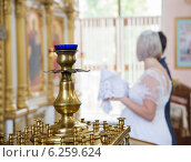 Жених и невеста в храме  в сильном расфокусе. Стоковое фото, фотограф Ясевич Светлана / Фотобанк Лори
