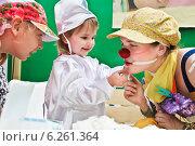 Купить «Больничный клоун и дети на детском празднике День защиты детей 1 июня», фото № 6261364, снято 1 июня 2013 г. (c) Victoria Demidova / Фотобанк Лори