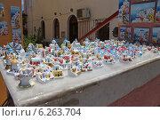 Купить «Лоток с сувенирами в городе Ия (Ойя). Остров Санторини, Греция», эксклюзивное фото № 6263704, снято 16 июля 2014 г. (c) Алексей Гусев / Фотобанк Лори
