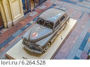"""Купить «Автомобиль ГАЗ-М-20 """"Победа"""" образца 1954 года - экспонат выставки ретроавтомобилей в ГУМе, 2014», фото № 6264528, снято 8 августа 2014 г. (c) Владимир Сергеев / Фотобанк Лори"""