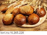 Купить «Свежий хлеб и ржаные колосья», фото № 6265228, снято 15 мая 2012 г. (c) ElenArt / Фотобанк Лори