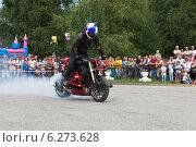 Купить «Дымящееся колесо мотоцикла на Стантрайдинге в селе Верховажье», фото № 6273628, снято 9 августа 2014 г. (c) Николай Мухорин / Фотобанк Лори
