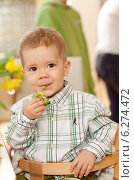Купить «Portrait of little boy while eating broccoli», фото № 6274472, снято 9 апреля 2020 г. (c) BE&W Photo / Фотобанк Лори