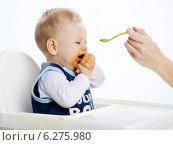 Купить «Woman feeding a little boy sitting in a highchair.», фото № 6275980, снято 7 июня 2020 г. (c) BE&W Photo / Фотобанк Лори