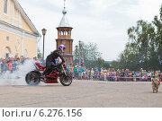 Купить «Мото-шоу на Соборной площади в селе Верховажье, Вологодской области. Алексей Калинин жжёт резину своего мотоцикла», фото № 6276156, снято 9 августа 2014 г. (c) Николай Мухорин / Фотобанк Лори