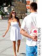 Купить «smiling couple in city», фото № 6276996, снято 23 июля 2014 г. (c) Syda Productions / Фотобанк Лори