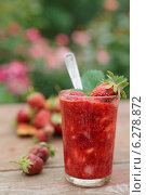 Купить «Клубничный коктейль в стакане», фото № 6278872, снято 11 июня 2014 г. (c) Федор Кондратенко / Фотобанк Лори