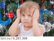 Купить «Портрет расстроенной маленькой девочки в белой футболке возле украшенной новогодней елки», фото № 6281368, снято 19 января 2014 г. (c) Александр Волков / Фотобанк Лори