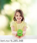 Купить «beautiful little girl holding paper house cutout», фото № 6285348, снято 30 апреля 2014 г. (c) Syda Productions / Фотобанк Лори