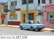 Купить «Припаркованная голубая машина в городе-курорте Варадеро. Куба», фото № 6287236, снято 10 июня 2014 г. (c) Александр Овчинников / Фотобанк Лори