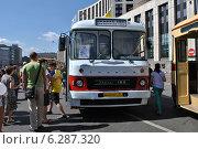Купить «Городской автобус Икарус-180 на ретропараде к 90-летнему юбилею московского автобуса, проспект Академика Сахарова, Москва, 9 августа 2014», эксклюзивное фото № 6287320, снято 9 августа 2014 г. (c) lana1501 / Фотобанк Лори