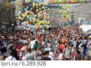 Купить «Выброс разноцветных шариков во время Фруктового карнавала на Тверской улице около здания мэрии города в рамках фестиваля Московское варенье в городе Москве, Россия», фото № 6289928, снято 16 августа 2014 г. (c) Николай Винокуров / Фотобанк Лори