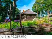 Традиционный Восточно-Европейский загородный дом XIX века. Стоковое фото, фотограф Aleksandr Stzhalkovski / Фотобанк Лори