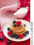 Оладьи со свежими ягодами, мёдом и сметаной. Стоковое фото, фотограф Ольга Лепёшкина / Фотобанк Лори