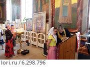 Купить «Священник исповедует людей перед литургией», эксклюзивное фото № 6298796, снято 11 августа 2014 г. (c) Дмитрий Неумоин / Фотобанк Лори