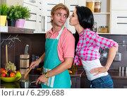Купить «Молодая супружеская пара на кухне», фото № 6299688, снято 8 августа 2014 г. (c) Okssi / Фотобанк Лори