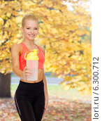 Купить «smiling sporty woman with protein shake bottle», фото № 6300712, снято 8 мая 2014 г. (c) Syda Productions / Фотобанк Лори