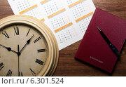 Часы, ежедневник, ручка и календарь на столе. Стоковое фото, фотограф Александр Калугин / Фотобанк Лори