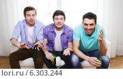 Купить «Upset male friends with beer watching tv at home», видеоролик № 6303244, снято 8 апреля 2014 г. (c) Syda Productions / Фотобанк Лори