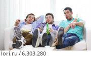 Купить «Male friends with beer watching tv at home», видеоролик № 6303280, снято 8 апреля 2014 г. (c) Syda Productions / Фотобанк Лори