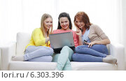 Купить «Smiling teenage girls with laptop and credit card», видеоролик № 6303396, снято 8 мая 2014 г. (c) Syda Productions / Фотобанк Лори