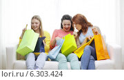 Купить «Smiling teenage girls with many shopping bags», видеоролик № 6303424, снято 8 мая 2014 г. (c) Syda Productions / Фотобанк Лори