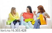 Купить «Smiling teenage girls with many shopping bags», видеоролик № 6303428, снято 8 мая 2014 г. (c) Syda Productions / Фотобанк Лори