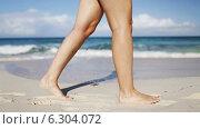 Купить «Close up of woman legs walking on beach», видеоролик № 6304072, снято 30 июля 2014 г. (c) Syda Productions / Фотобанк Лори