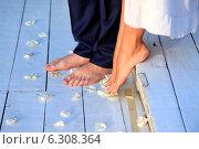 Купить «Ноги жениха и невесты», фото № 6308364, снято 8 августа 2014 г. (c) Морозова Татьяна / Фотобанк Лори