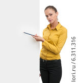 Купить «Красивая улыбающаяся девушка в желтой рубашке показывает пустой баннер на белом фоне», фото № 6311316, снято 7 сентября 2013 г. (c) Александр Лычагин / Фотобанк Лори