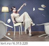 Купить «Девушка в элегантном длинном платье сидит на стуле, падающие столовые приборы», фото № 6313220, снято 28 мая 2020 г. (c) Виктор Застольский / Фотобанк Лори