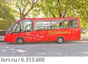 Купить «Красный городской экскурсионный автобус ожидает туристов в центре г. Ставангер, Норвегия», фото № 6313600, снято 16 августа 2014 г. (c) Иван Марчук / Фотобанк Лори