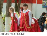 Девочки в красных сарафанах (2014 год). Редакционное фото, фотограф Ясевич Светлана / Фотобанк Лори