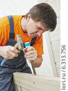 Купить «Carpenter works with hummer and chisel», фото № 6313756, снято 15 августа 2014 г. (c) Дмитрий Калиновский / Фотобанк Лори