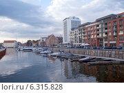 Купить «Городской пейзаж. Катера и яхты у причала в центре города», эксклюзивное фото № 6315828, снято 23 августа 2014 г. (c) Svet / Фотобанк Лори