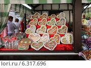 Купить «Продажа расписных пряников в виде сердечек в палатке, Москва», эксклюзивное фото № 6317696, снято 23 августа 2014 г. (c) Алексей Гусев / Фотобанк Лори