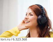 Купить «smiling young girl in headphones at home», фото № 6323368, снято 19 марта 2014 г. (c) Syda Productions / Фотобанк Лори