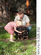 Девочка кормит двух собак под присмотром отца. Стоковое фото, фотограф Мороз Елена / Фотобанк Лори