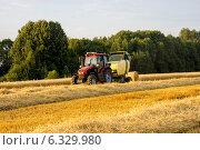 Сбор пшеничного сена трактором. Стоковое фото, фотограф Артем Федин / Фотобанк Лори